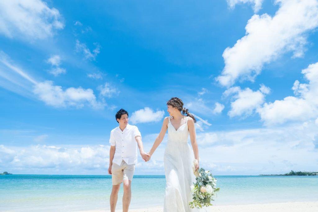 沖縄県恩納村の天然ビーチ「仲泊海岸」でのブライダルフォト