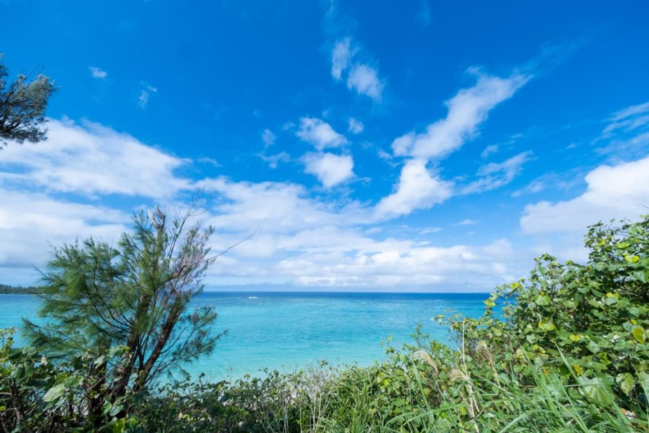 沖縄県恩納村北西部の天然ビーチ「希望ヶ丘ビーチ」の海