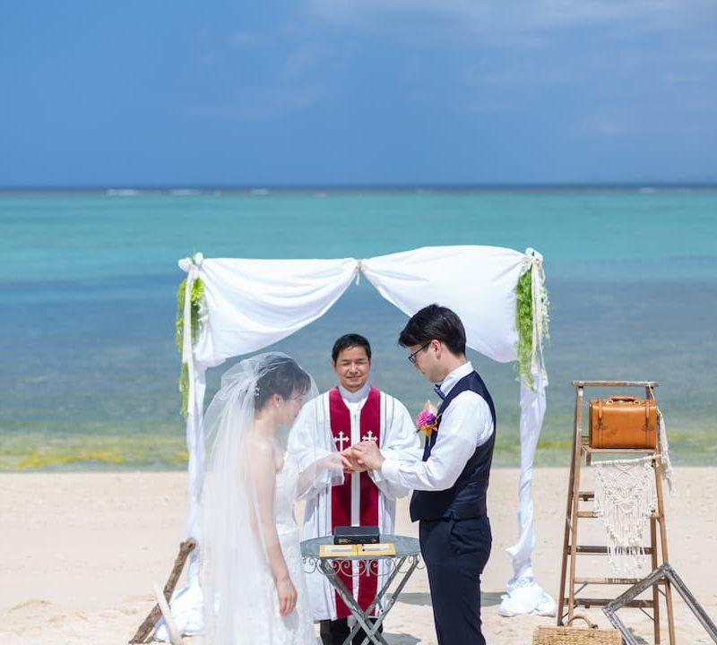 沖縄県今帰仁村にある「赤墓ビーチ」でのブライダルフォト