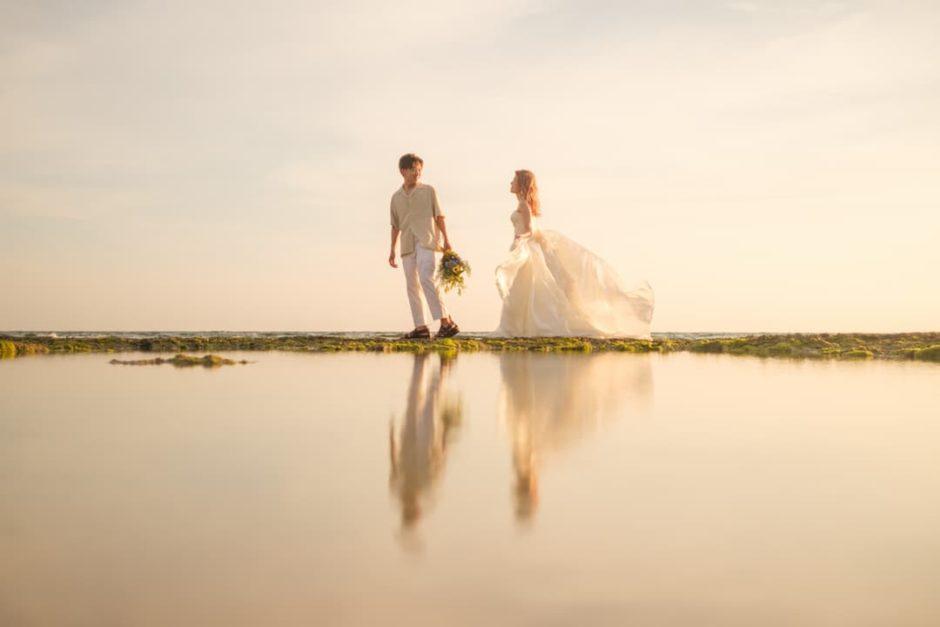 沖縄県読谷村の秘密のビーチ(サンセット)でのブライダルフォト(ウユニ塩湖風写真)