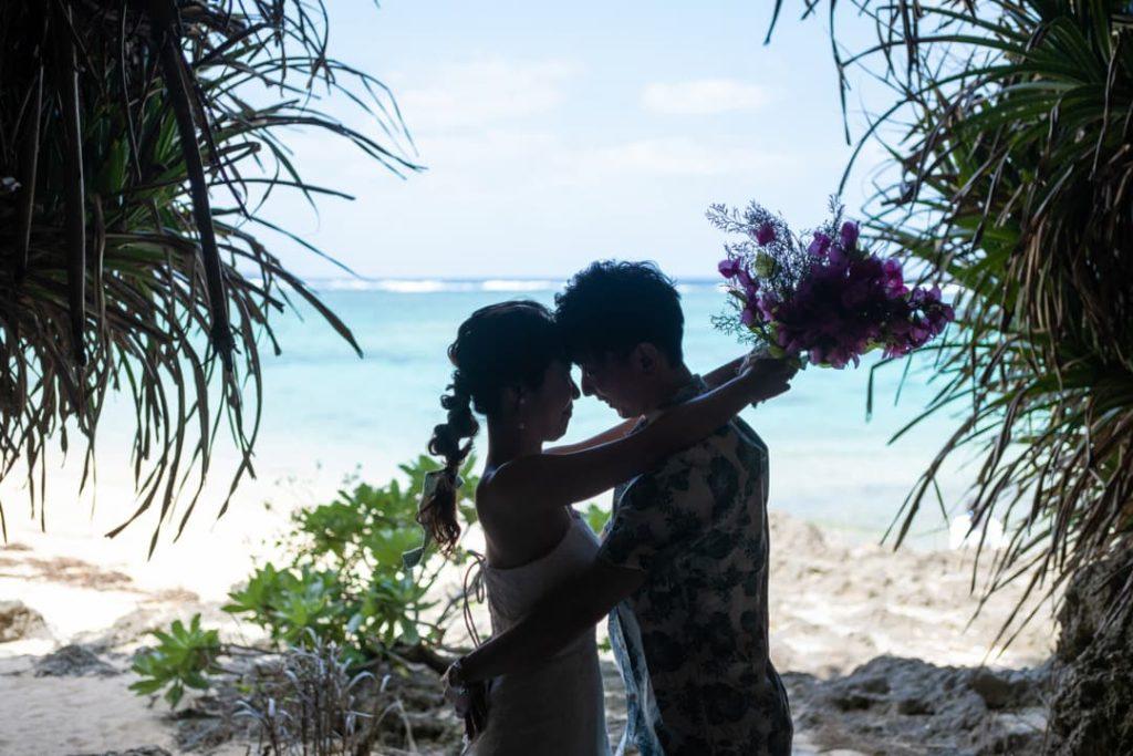 沖縄県恩納村にある「ざねー浜」の崖で撮影したブライダルフォト