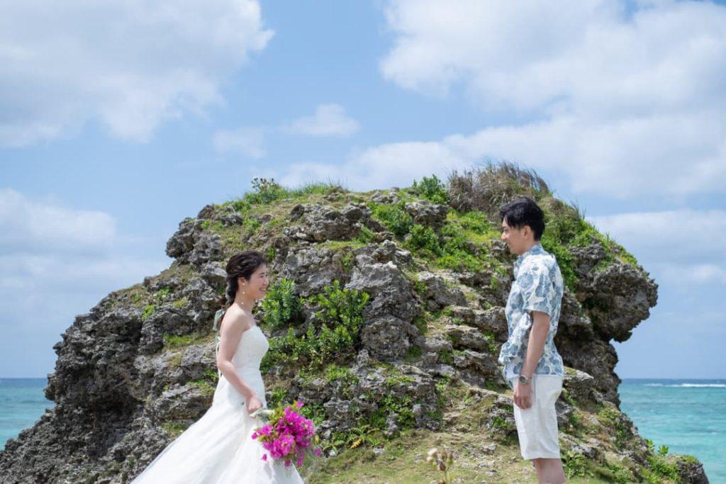 沖縄県読谷村にあるふたりだけの大きな岩があるビーチでのブライダルフォト