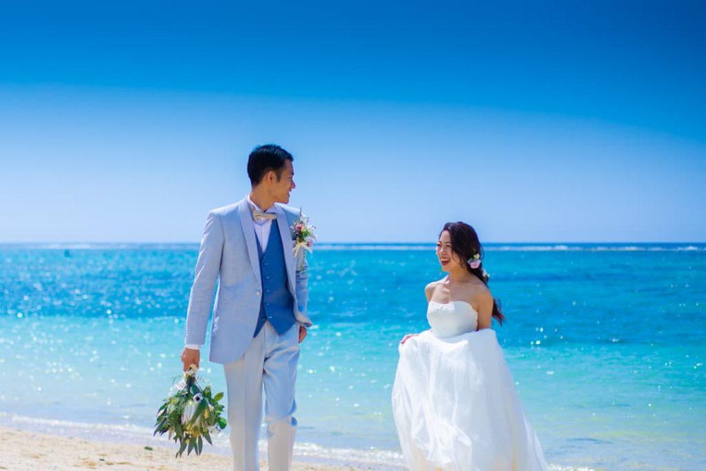 沖縄でのフォトウェディングで訪れた、恩納村のビーチでの写真。