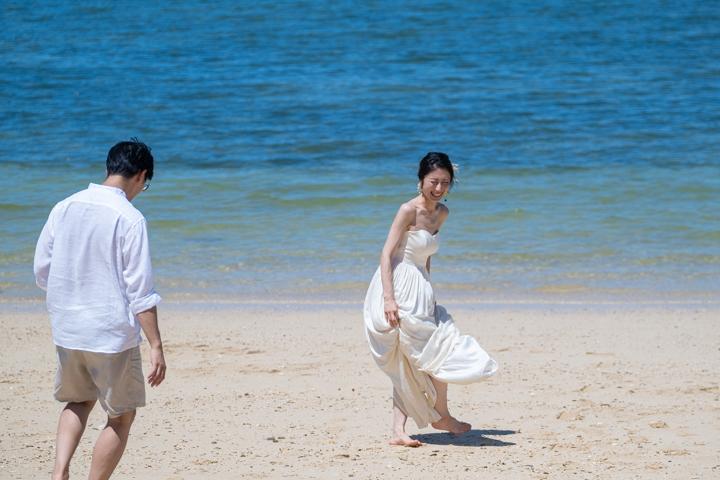 沖縄県恩納村のビーチでのフォトウェディング(ビーチフォト)