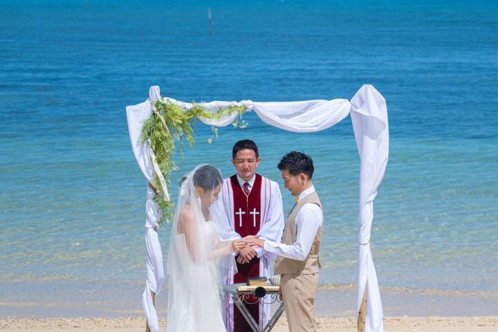 沖縄でのビーチ挙式(中泊海岸)