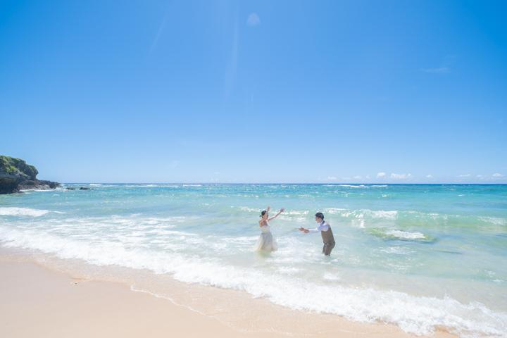 沖縄フォトウェディングでのビーチフォト(メロディービーチ)