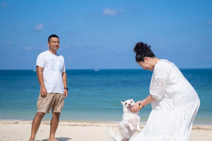 沖縄のビーチで撮影するファミリーフォト(マタニティフォト)